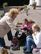 Редактор Светлана Петрова записывает интервью с детьми на празднике цветов